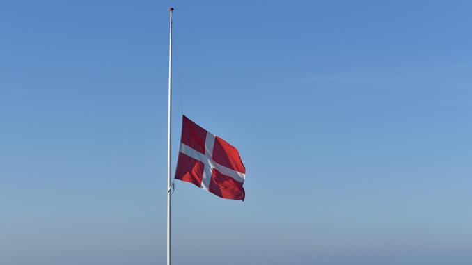 med flaget på halv