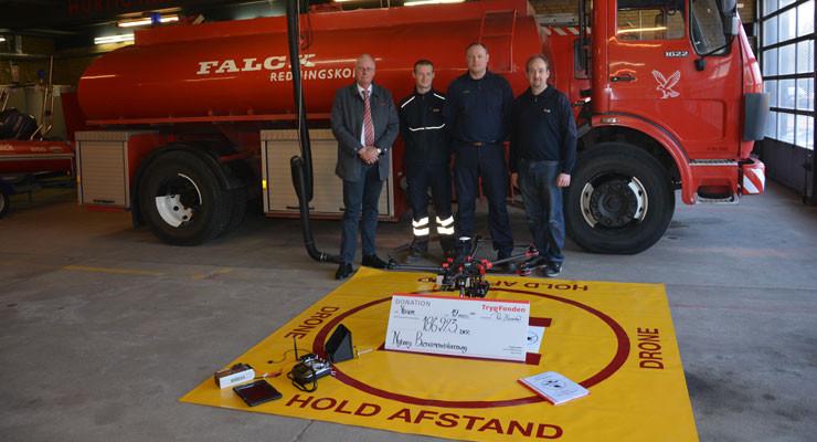 Fra overrækkelsen af donationen. Fra venstre: Poul Andersen fra Trygfonden, Nicolai Clausen, Jesper Rossen og Bjarne Pedersen